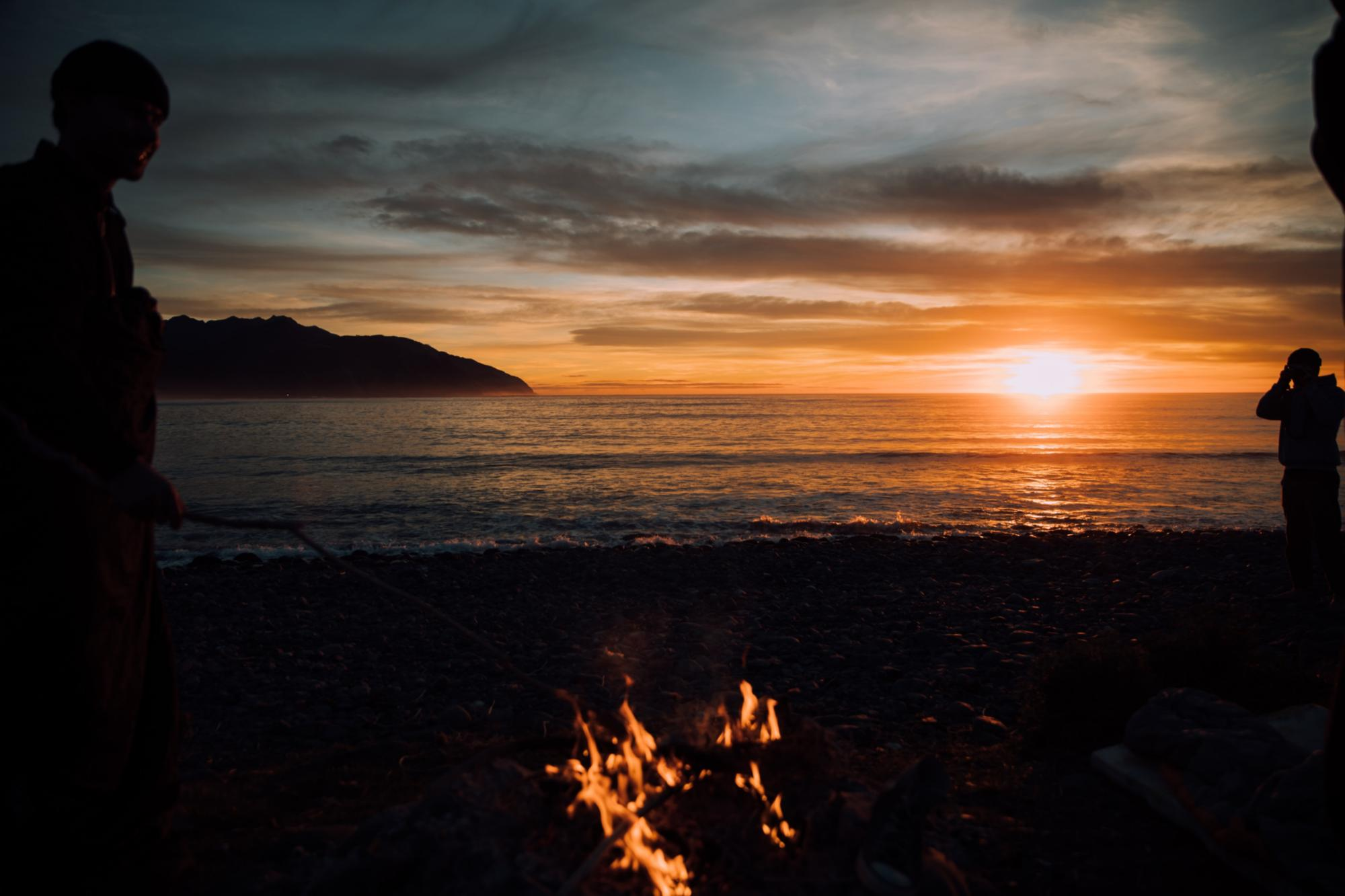 Lagerfeuer am See (c) Photo by Tim Marshall on Unsplash